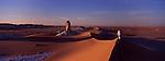 A l'extrémité du Sahara, à l'ouest du Nil, le désert blanc d'Egypte reste peu connu. Ce désert de craie est un phénomène géologique unique au monde. A l'époque du crétacé, au secondaire, cet endroit était recouvert par la mer. Lorsqu'elle s'est asséchée, un gigantesque plateau calcaire est apparu sous le soleil du désert. Les vents du Sahara ont ramené des sables. L'érosion causée par le vent a sculpté des formes fantasmagoriques dans la craie éclatante de blancheur sous le soleil. Désert blanc, Egypte
