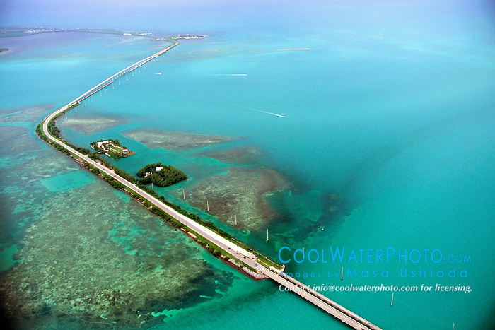 US 1 over Channel Two, Craig Key, .Channel Five, Fiesta Key and Long Key .Florida Keys (Atlantic / Gulf of Mexico)