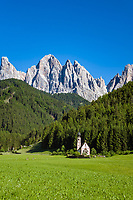 Italy, South Tyrol, Alto Adige, Dolomites, Val di Funes: church St Magdalena and Le Odle mountains at natural park Puez-Odle | Italien, Suedtirol (Trentino - Alto Adige), Dolomiten, Villnoess Tal: Kirche St. Magdalena vor der Geislergruppe im Naturpark Puez-Geisler