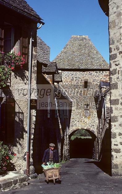 Europe/France/Auvergne/15/Cantal/Salers: Porte de la Martille et paysan rentrant du potager avec sa brouette