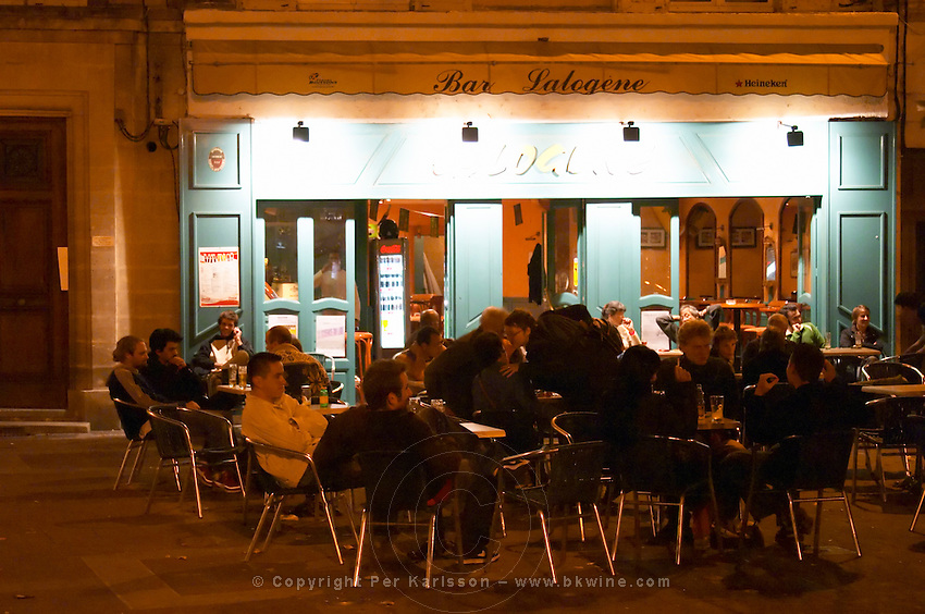 People young sitting on the outside terrace on the Place Pie XII Square Pius twelve, at night. Avignon, Vaucluse, Provence, Alpes Cote d Azur, France, Europe