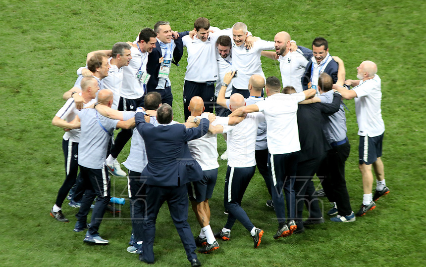 MOSCU - RUSIA, 15-07-2018: Cuerpo técnico de Francia celebra como campeones del mundo después del partido por la final entre Francia y Croacia de la Copa Mundial de la FIFA Rusia 2018 jugado en el estadio Luzhnikí en Moscú, Rusia. / Coaching staff of France celebrates as world champions after the match between France and Croatia of the final for the FIFA World Cup Russia 2018 played at Luzhniki Stadium in Moscow, Russia. Photo: VizzorImage / Cristian Alvarez / Cont