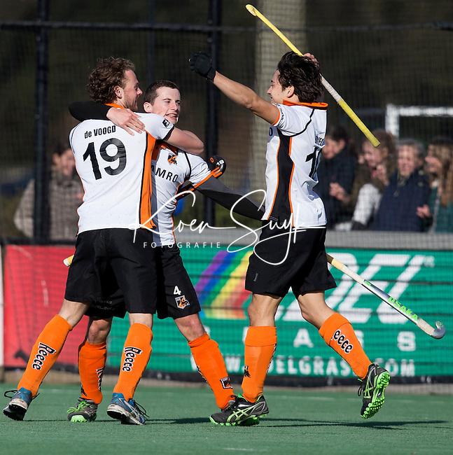 BLOEMENDAAL - HOCKEY - Sander Baart (2e van links) van OZ, heeft in de laatste minuut gescoord en viert dit met Bob de Voogd (l) , Thomas Briels   tijdens de hoofdklasse competitiewedstrijd tussen de mannen van Bloemendaal en Oranje-Zwart (2-2). FOTO KOEN SUYK