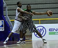 BOGOTA - COLOMBIA - 26-04-2013: Artega (Izq.) de Piratas de Bogotá, disputa el balón con Crawford (Der.) de Academia de la Montaña de Medellin, abril 26 de 2013. Piratas y Academia de la Montaña en partido de la quinta fecha de la fase II de la Liga Directv Profesional de baloncesto en partido jugado en el Coliseo El Salitre. (Foto: VizzorImage / Luis Ramírez / Staff). Arteaga (L) of Piratas from Bogota, fights for the ball with Crawford (R) of Academia de la Montaña from Medellin, April 26, 2013. Piratas and Academia de la Montaña in the fifth match of the phase II of the Directv Professional League basketball, game at the Coliseum El Salitre. (Photo: VizzorImage / Luis Ramirez / Staff).