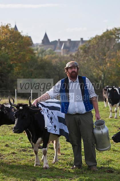 Europe/France/Bretagne/56/Morbihan/Sarzeau: Gurvan Bourvellec  et ses vaches bretonnes pie noir de la Ferme fromag&egrave;re de Sucinio, situ&eacute;e sur les hauteurs, la vue sur le ch&acirc;teau de Suscinio est garantie.La ferme fromag&egrave;re transforme le lait de petites vaches bretonnes pie noir ,  Production du fromage bio : Tome de rhuys  et &Eacute;levage de vaches de race bretonne pie noir . <br />  [Non destin&eacute; &agrave; un usage publicitaire - Not intended for an advertising use]