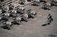 Europe/Italie/Emilie-Romagne/Bologne : Terrasses de café sur la Place Maggiore vue depuis le Beffroi du Palais Communal