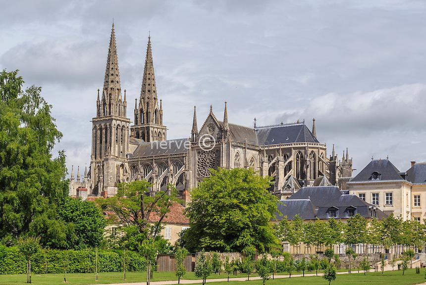 France, Orne (61), Sées, cathédrale Notre-Dame vue depuis le jardin du palais d'Argentré // France, Orne, Sees, Notre-Dame cathedral view from the garden of the Argentre palace