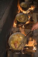 """Europe/Provence-Alpes-Côte d'Azur/83/Var/  Presqu'Ile de Saint-Tropez/ Ramatuelle:  Cuisson de la Bouillabaisse au  feu de bois -Restaurant """"Chez Camille"""" route de Bonne-Terrasse"""