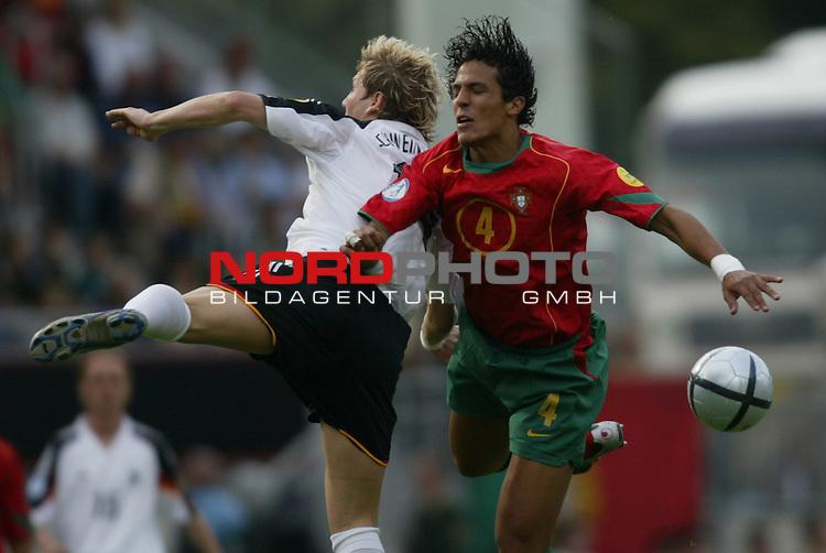 U21 - EM 2004 - Gruppe B<br /> Deutschland vs. Portugal 1:2<br /> Bastian Schweinsteiger (links) von Deutschland gegen Bruno Alves (rechts) von Portugal.<br /> Foto &copy; nordphoto - Ruediger Lampe<br /> <br />  *** Local Caption *** Foto ist honorarpflichtig! zzgl. gesetzl. MwSt.<br />  Belegexemplar erforderlich<br /> Adresse: nordphoto<br /> Georg-Reinke-Strasse 1<br /> 49377 Vechta