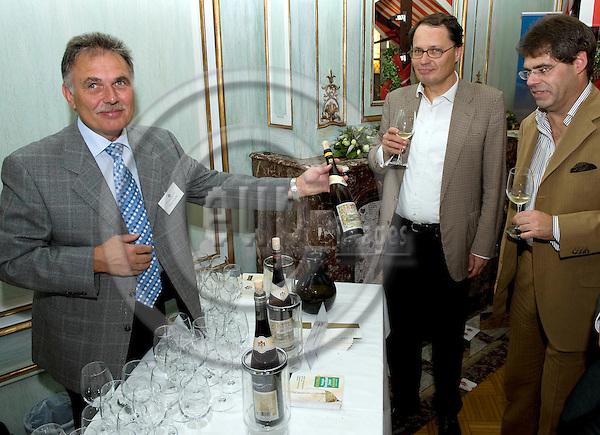 Bruessel - Belgien, 08. September 2009.'Hessisches Weinfest 2009' in der LV Hessen; hier, Praesentation / Aussteller / Stand:.Weingut Schloss Johannisberg.Photo: © Horst Wagner.Tel.: +49 179 5903216.Tel.: +32 486 966 116.wagner@eup-images.com