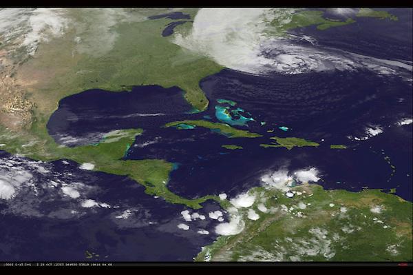 """NOAA101 --- (ESTADOS UNIDOS) 29/10/2012.- Imagen de satélite distribuida por la Administración Nacional Oceánica y Atmosférica (NOAA en inglés) que muestra al huracán """"Sandy"""" (arriba) avanzando hacia la costa noreste de los Estados Unidos hoy lunes 29 de octubre de 2012, a las 6:45 GMT. El huracán """"Sandy"""" impactará en las últimas horas del lunes en la costa noreste de Estados Unidos, que ha ordenado evacuaciones y ha extremado las medidas de prevención ante la tormenta. EFE/Noaa Ho SÓLO USO EDITORIAL"""