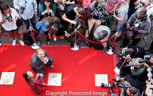 Utrecht, 25 september 2016<br /> Nederlands Film Festival 2016<br /> Actrice Georgina Verbaan en acteur Martijn Fischer onthullen hun tegel met handafdruk op de L'Or Filmboulevard<br /> Foto Felix Kalkman