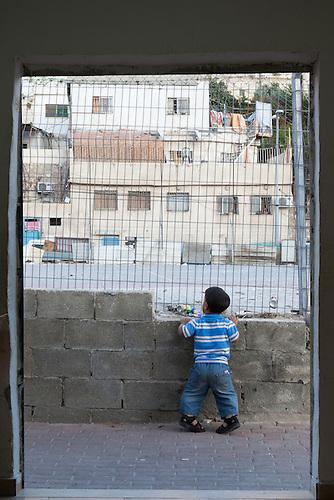 Silwan, Jerusalem, Octobre 2011. Un enfant nain joue dans les rues de Silwan.