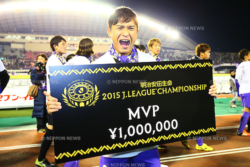 Toshihiro Aoyama (Sanfrecce), <br /> DECEMBER 5, 2015 - Football / Soccer : <br /> 2015 J.League Championship Final 2nd leg match<br /> between Sanfrecce Hiroshima - Gamba Osaka<br /> at Hiroshima Big Arch in Hiroshima, Japan.<br /> (Photo by Shingo Ito/AFLO SPORT)
