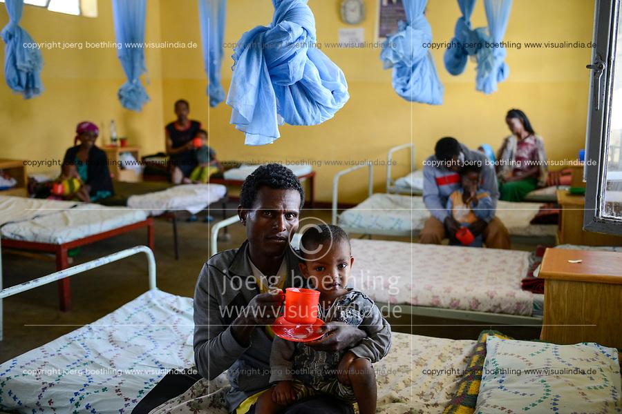 ETHIOPIA Taza Catholic Health Center , feeding of malnutrioned children, father with his son / AETHIOPIEN Taza Catholic Health Center, Ernaehrung von unterernaehrten Kindern, <br /> Vater mit seinem unterernaehrtem Sohn