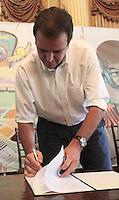 RIO DE JANEIRO, RJ, 18.02.2014 - PREFEITO REGULAMENTA  ARTE DO GRAFITE NO RJ - O prefeito Eduardo Paes assina decreto que cria o Conselho Carioca do Grafite, em que artistas vão dialogar diretamente com o poder público, e institui o dia 27 de março como Dia Municipal do Grafite. No decreto, a prefeitura estabelece critérios para atuação de órgãos municipais com relação à arte do grafite, como manutenção e limpeza dos bens públicos. O conteúdo foi elaborado pelo Instituto EixoRio, núcleo de articulação urbana da Prefeitura do Rio, em conjunto com grafiteiros cariocas. Segunda 18. (Foto: Levy Ribeiro / Brazil Photo Press)