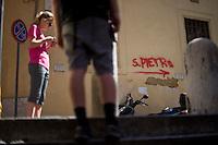 Una scritta sul muro indica la direzione per la Chiesa di San Pietro in Vincoli nel centro di Roma.<br /> Red sign to visit Saint Peter in Vincoli in the centre of the city