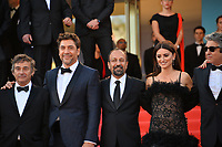 "CANNES, FRANCE. May 08, 2018: Eduard Fernandez, Javier Bardem, Asghar Farhadi, Penelope Cruz & Ricardo Darin at the gala screening for ""Everybody Knows"" at the 71st Festival de Cannes"