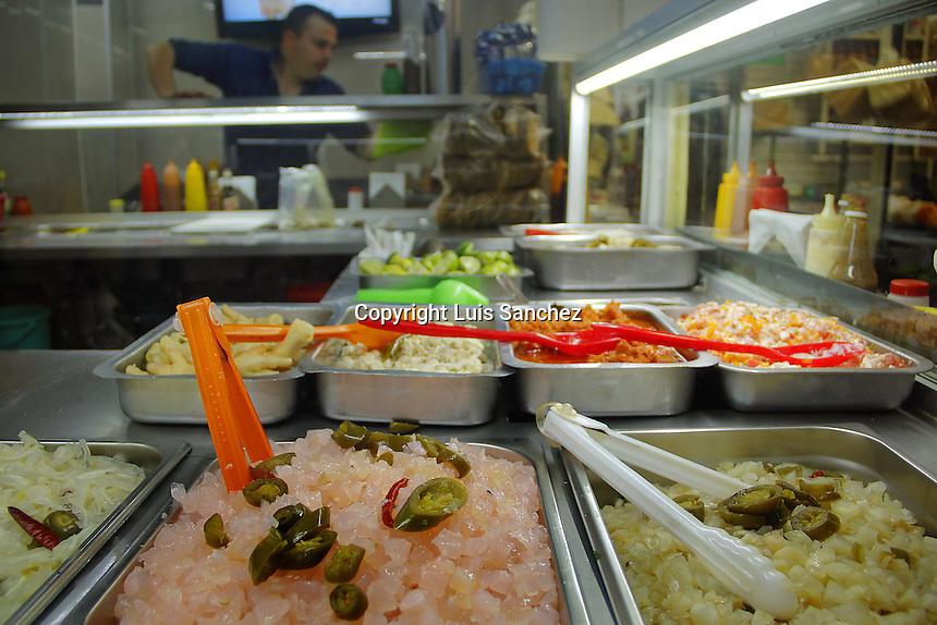 Quer&eacute;taro, Qro. 30 de diciembre de 2016.- Comida contra la cruda. Los alimentos picantes, salados y citricos ayudan a disminuir los sintomas de la tambien conocida como resaca. La ingesta de alcohol, el exceso de orina, y la perdida de sal en el cuerpo es ayudada por las vitaminas B1, B5, B12 y C, que geralmente contienen estos alimentos. <br /> <br /> La forma m&aacute;s popular de encontrar estas comidas es en los mercados populares, ya qyue generalmente son productos frescos, preparados al d&iacute;a y se sirven inmediatamente. Contrario a los restaurantes regulares que en estas fechas tienen los productos congelados.<br /> <br /> Foto: Luis S&aacute;nchez.