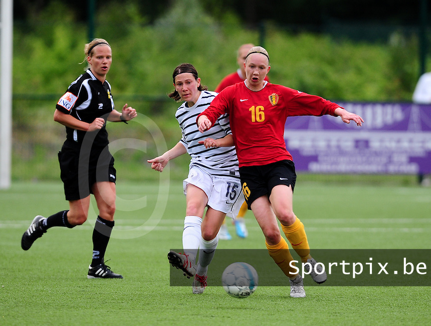 Vriendschappelijke interland vrouwenvoetbal : Belgium A - France A te Nieuwpoort ;..Elise Bussaglia in duel met Inge Heiremans..foto DAVID CATRY / Vrouwenteam.be