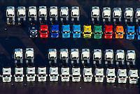 LKW Neu- und Gebrauchtwagen: EUROPA, DEUTSCHLAND, HAMBURG, (EUROPE, GERMANY), 02.02.2014: Angebot Verkauf von neuen und gebrauchten Lastkraftwagen, Export,  Reihe, warten, anstehen, Abtransport, voll, belegt, Parkplatz, Raumnot, Lager, Logistik, CO2, Benzin, Diesel, Treibstoff, Schlange, Daecher,  weiss, bunt, Autos, LKW, aufgereiht, Reihen, hintereinander, warten, Wirtschaft, Luftbild, Luftansicht, Luftaufnahme, Auto, Absatz, Kriese, Parkplatz, Halde,