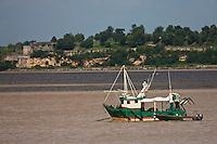 Europe/France/Aquitaine/33/Gironde/Blaye: Bateau de pêche sur l'Estuaire de la Gironde en fond les fortifications de Blaye -Patrimoine mondial UNESCO