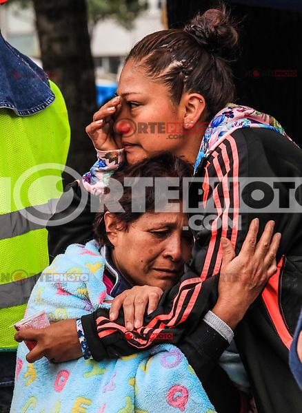 Una mujer de nombre Roberta Villegas Miguel (i) ,llora por su hijo Paulino Estrada Villegas de 37 a&ntilde;os el cual se encuentra entre los escombros del edificio de la colonia &Aacute;lvaro Obreg&oacute;n #286, esperan noticas del rescate durante esta ma&ntilde;ana 22 sep 2017 en #CiudadDeMexico #terremoto Foto: Luis Gutierrez/NortePhoto.com<br /> &bull;&bull;&bull;&bull; #sismo #terremoto #terremotoMexico #mexico #nortephoto #photojurnalism