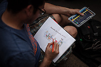 Berlin,  Ein Mann malt am Samstag (15.06.13) in Berlin, bei der Eröffnung des schwul-lesbischen Stadtfestes. Foto: Maja Hitij/CommonLens