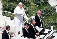 Papa Francesco saluta i fedeli al ternine della messa per la Domenica delle Palme in piazza San Pietro, Citta' del Vaticano, 13 aprile 2014.<br /> Pope Francis greets faithful at the end of the Palm Sunday mass in St. Peter's square at the Vatican, 13 April 2014.<br /> UPDATE IMAGES PRESS/Isabella Bonotto<br /> <br /> STRICTLY ONLY FOR EDITORIAL USE