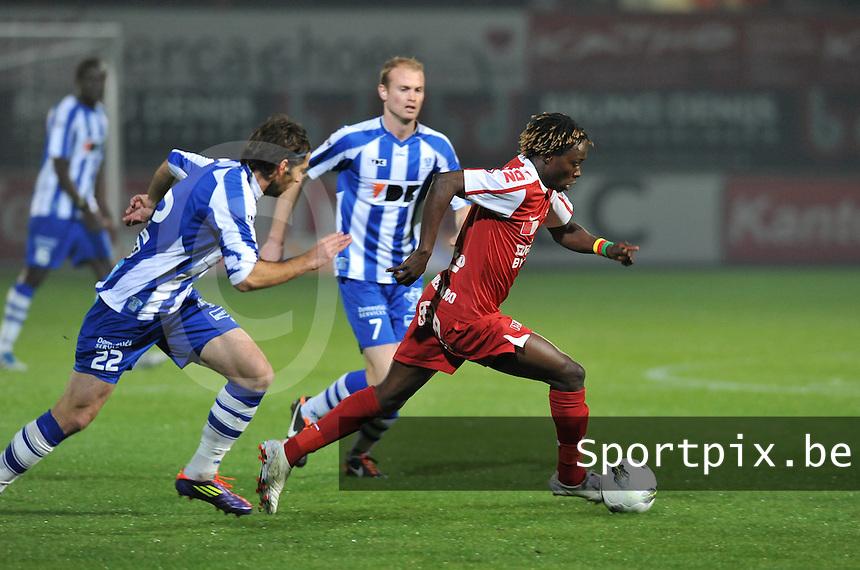 KV Kortrijk - AA Gent : Ernest Nfor aan de bal voor Tim Smolders (achter) en Matija Skarabot (links).foto VDB / BART VANDENBROUCKE