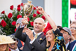 LOUISVILLE, KENTUCKY - MAY 04: Ej McFadden kisses the trophy after winning hte Kentucky Derby at Churchill Downs in Louisville, Kentucky on May 04, 2019. Evers/Eclipse Sportswire/CSM