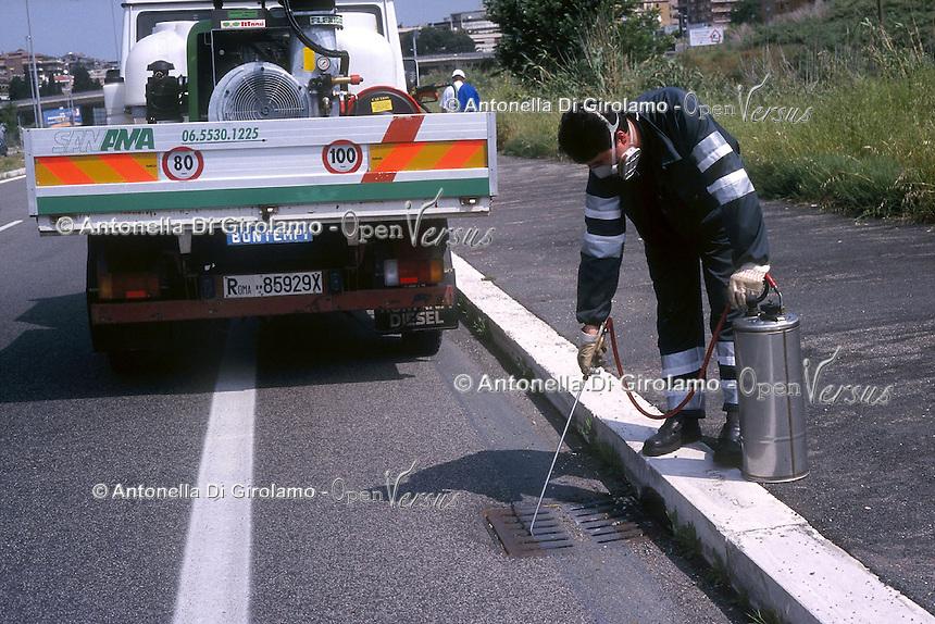 Operatori della Sanama intervengono contro la zanzara tigre. Sanama workers do disinfestation against the tiger mosquito....