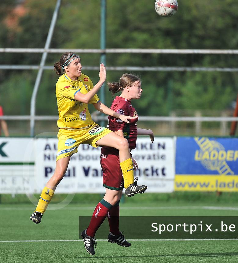 Dames Zulte Waregem - WB Sinaai Girls : duel tussen Natalie Vanderstappen (links) en Jolien Badie (rechts)<br /> foto David Catry / VDB