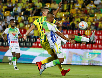 BUCARAMANGA - COLOMBIA, 14-04-2018: Michael Rangel (Izq) jugador del Atlético Bucaramanga disputa el balón con Eddie Segura (Der) jugador de Atlético Huila durante partido por la fecha 15 de la Liga Águila I 2018 jugado en el estadio Alfonso López de la ciudad de Bucaramanga. / Michael Rangel (L) player of Atletico Bucaramanga struggles the ball with Eddie Segura (R) player of Atletico Huila during match for the date 15 of the Aguila League I 2018played at Alfonso Lopez stadium in Bucaramanga city. Photo: VizzorImage / Oscar Martínez / Cont