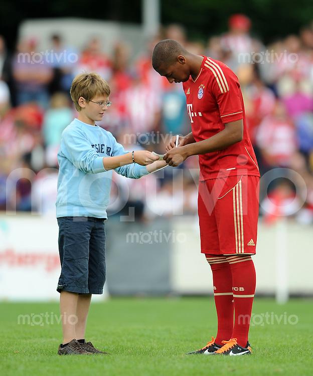 Fussball 1. Bundesliga:  Saison   2011/2012    Testspiel FC Bayern Muenchen  - Traumspiel 23.07.2011 Jerome Boateng (FC Bayern Muenchen)  schreibt ein Autogramm
