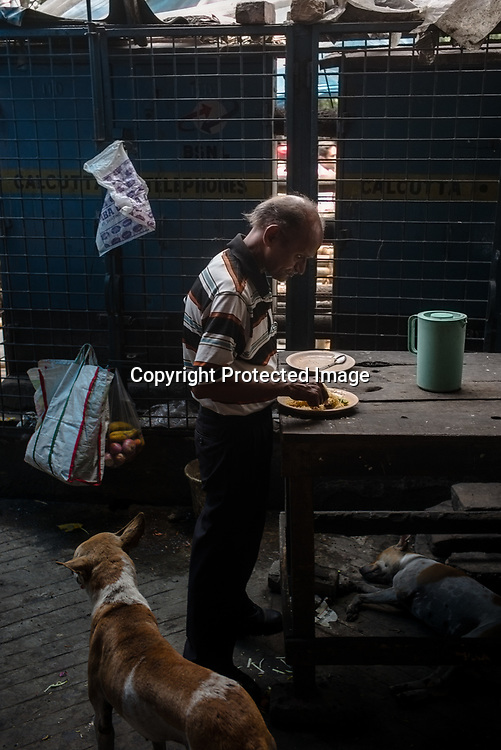 An old man eats his lunch at a make shift stall in BBD Bagh in Kolkata, West Bengal  on Friday, May 26, 2017. Photographer: Sanjit Das