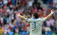 FUSSBALL  EUROPAMEISTERSCHAFT 2012   VORRUNDE Italien - Kroatien                    14.06.2012 Torwart Gianluigi Buffon (Italien) bejubelt den Treffer zum 1:0