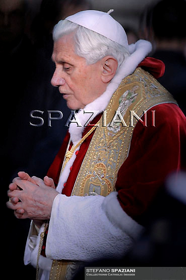 Pope Benedict XVI prayer ceremony during the traditionnal visit to the statue of Mary on the day of the celebration of the Immaculate Conception et Piazza di Spagna (Spanish Square) on December 8, 2010