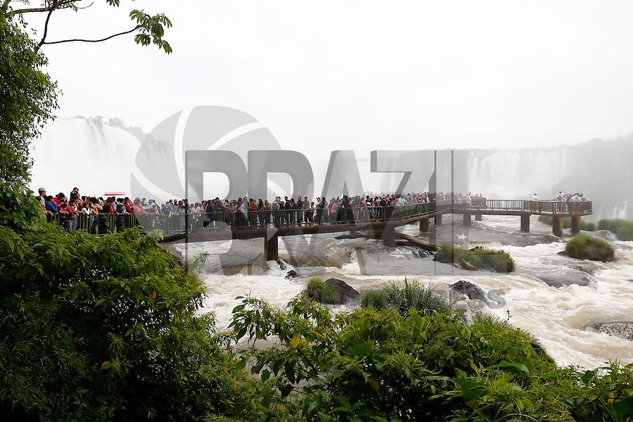 FOZ DO IGUAÇU, PR, 11.11.2016 – CATARATAS DAY 2016-PR – Turista lotam o parque do Parque Nacional do Iguaçú durante o Cataratas Day em comemoração ao 5º aniversário da escolha das Cataratas como uma das sete maravilhas da natureza,em Foz do Iguaçu (PR), na tarde desta sexta-feira (11). (Foto: Paulo Lisboa/Brazil Photo Press)