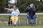 Foto: VidiPhoto<br /> <br /> ELSPEET – Het wolvenpaar op de Noord-Veluwe zet zowel boswachters en jachtopzieners als schaapherders en publiek op scherp. Boswachter Lennard Jasper van Staatsbosbeheer is verantwoordelijk voor de bescherming van de wolven, terwijl de Elspeetse schaapskudde de eerste is die zich beveiligt tegen de wolven. De vier kralen op de Noord-Veluwe zijn of worden allemaal voorzien van stroomdraad. Ondertussen voelt het publiek zich in het gebied geenszins bedreigd.