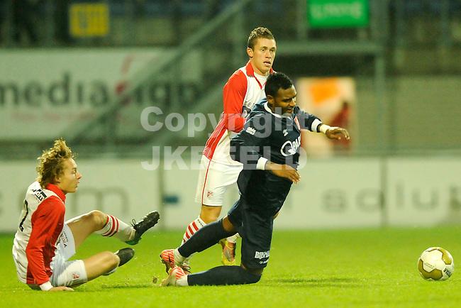 EMMEN - Voetbal, FC Emmen - MVV Maastricht, Jupiler League, Unive stadion, seizoen 2011-2012, 25-11-2011 Emmen speler Jorrit Kunst (l) brent MVV speler Prince Rajcomar ten val.