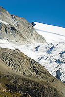 Switzerland, Canton Valais, near Grimentz: mountain hut Cabane de Moiry 2.825 m and the Moiry Glacier (Glacier de Moiry) | Schweiz, Kanton Wallis, bei Grimentz: die Cabane de Moiry 2.825 m vor dem Moirygletscher (Glacier de Moiry)