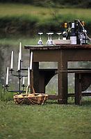 Europe/France/Gastronomie générale: Préparation de la table pour le rapas en plein air - Barbecue