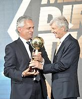 BOGOTA-COLOMBIA-21-01-2016: Jose Pekerman (Der.) técnico de la Selección Colombia entrega el trofeo a Reinaldo Rueda (Izq.), técnico de Atletico Nacional,como mejor Entrenador de la Liga Aguila II, durante sorteo de la Dimayor para el campeonato de la Liga Aguila I 2015. / Jose Pekerman (R), coach of te Colombia Team presents the trophy to Reinaldo Rueda (L), coach of Atletico Nacional, the best coach of La Liga Aguila II, during the draw for the championship Dimayor Liga Aguila I 2015. Photo: VizzorImage / Luis Ramírez / Staff.