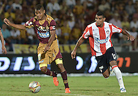 IBAGUÉ -COLOMBIA, 10-12-2015. Wilmar Barrios (Izq) del Deportes Tolima disputa el balón con Luis Narvaez (Der) de Atlético Junior durante partido de ida por la semifinal de la Liga Águila II 2015 jugado en el estadio Manuel Murillo Toro de Ibagué./ Wilmar Barrios (L) player of Deportes Tolima struggles for the ball with Luis Narvaez (R) player of Atletico Junior during first leg match for the semifinal of the Aguila League II 2015 played at Manuel Murillo Toro stadium in Ibague city. Photo: VizzorImage/ Gabriel Aponte / Staff