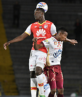 BOGOTÁ - COLOMBIA, 25-10-2017: Baldomero Perlaza (Izq.) jugador de Santa Fe disputa el balón con Sebastian Villa (Der.) jugador del Tolima durante el encuentro entre Independiente Santa Fe y Deportes Tolima por la fecha 15 de la Liga Aguila II 2017 jugado en el estadio Nemesio Camacho El Campin de la ciudad de Bogotá. / Baldomero Perlaza (L) player of Santa Fe struggles for the ball with Sebastian Villa (R) player of Tolima during match between Independiente Santa Fe and Deportes Tolima for the date 15 of the Aguila League II 2017 played at the Nemesio Camacho El Campin Stadium in Bogota city. Photo: VizzorImage/ Gabriel Aponte / Staff