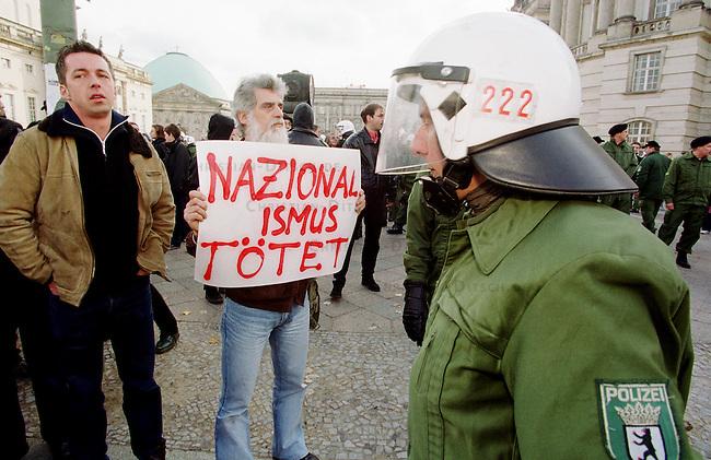Etwa 1.200 Neonazis und Skinheads versammelten sich in Berlin zu einer Demonstration unter dem Motto: &quot;Meinungsfreiheit statt Verbote&quot;. Aufgerufen hatte eine sogenannte &quot;Kameradschaft Germania Berlin&quot;.<br /> Hier: Die Polizei musste mehrfach der Demonstration den Weg freiraeumen, da Jugendliche und Antifagruppen die Demonstrationsroute mit Menschenketten blockierten.<br /> 4.11.2000, Berlin<br /> Copyright: Christian-Ditsch.de<br /> [Inhaltsveraendernde Manipulation des Fotos nur nach ausdruecklicher Genehmigung des Fotografen. Vereinbarungen ueber Abtretung von Persoenlichkeitsrechten/Model Release der abgebildeten Person/Personen liegen nicht vor. NO MODEL RELEASE! Nur fuer Redaktionelle Zwecke. Don't publish without copyright Christian-Ditsch.de, Veroeffentlichung nur mit Fotografennennung, sowie gegen Honorar, MwSt. und Beleg. Konto: I N G - D i B a, IBAN DE58500105175400192269, BIC INGDDEFFXXX, Kontakt: post@christian-ditsch.de<br /> Bei der Bearbeitung der Dateiinformationen darf die Urheberkennzeichnung in den EXIF- und  IPTC-Daten nicht entfernt werden, diese sind in digitalen Medien nach &sect;95c UrhG rechtlich gesch&uuml;tzt. Der Urhebervermerk wird gemaess &sect;13 UrhG verlangt.]