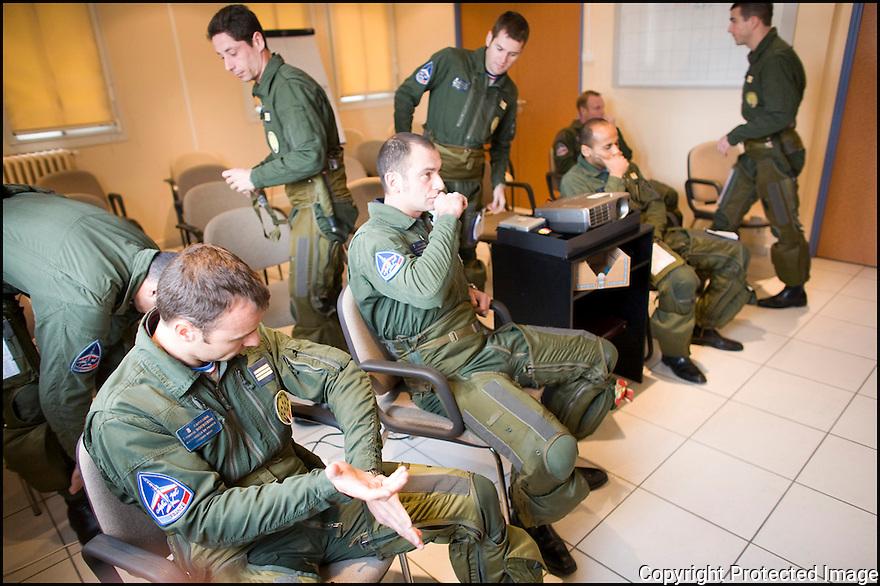 -2008- Salon-de-Provence- Pilotes dans la salle de Briefing juste avant la « musique ».