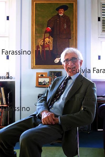 Torino, Franco Debenedetti,  Nella sua casa di Torino; Turin, Franco Debenedetti in his house in Turin