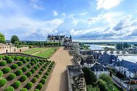 France, Indre-et-Loire (37), Amboise, château d'Amboise, la terrasse de Naples surplombe la Loire et buis des Baléares taillés en boule